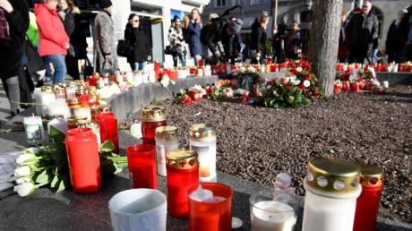 Viele Menschen haben am Tatort am Königsplatz in Augsburg Kerzen aufgestellt.
