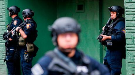Bei einer stundenlang andauernden Schießerei in Jersey City nahe der US-Metropole New York sind sechs Menschen ums Leben gekommen.