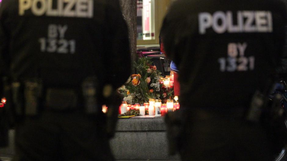 Nach der tödlichen Attacke auf einen 49-Jährigen am Königsplatz in Augsburg zeigt die Polizei verstärkt Präsenz.