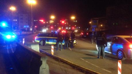 Zahlreiche Polizisten sperrten am Dienstagabend kurzzeitig die Brücken nach Ulm ab und kontrollierten die Fahrzeuge.