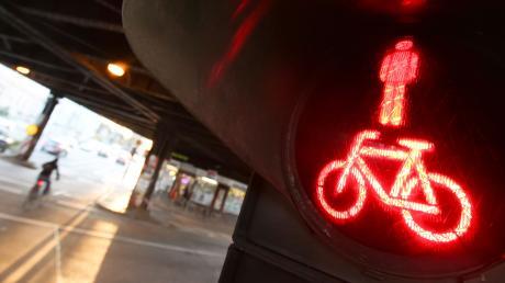 Bei Rot ging die 21-jährige Fußgängerin über die Straße. Symbolbild