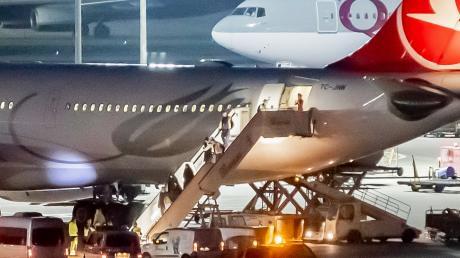 Aus der Türkei abgeschobene Personen werden am Flughafen Tegel von der Polizei in Empfang genommen.