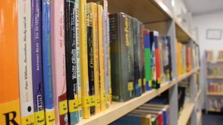 Die Bürger nehmen die Dasinger Bücherei gut an: Im ersten Jahr kamen 360 Besucher. Jakob und Johanna Heider waren gleich zum Start da.