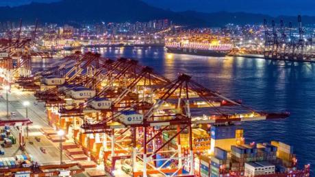 Der chinesische Hafen von Qingdao.