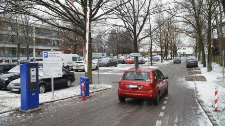 Ab Montag ist der Parkplatz am Landratsamt beschrankt. Für Kunden ist die Nutzung frei, Fremdparker müssen eine Strafgebühr zahlen.