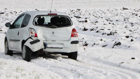 Am Freitagmittag gab es einen Auffahrunfall auf der Staatsstraße 2213 zwischen Nördlingen und Deiningen. Zwei Personen wurden leicht verletzt.