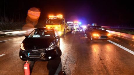 Nach einem Unfall auf der A8 kurz vor der Anschlussstelle Adelsried war die Autobahn etwa eine Stunde lang voll gesperrt.