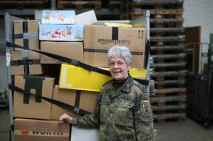 Feldpostler sorgen dafür, dass die Soldaten, die bei Auslandseinsätzen weit entfernt von ihren Familien sind, Pakete und Briefe von ihren Liebsten erhalten.