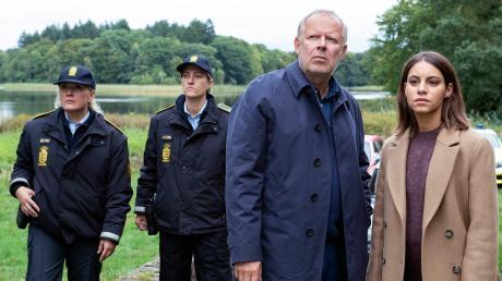 """Borowski (Axel Milberg) und Mila Sahin (Almila Bagriacik) ermitteln in einem bewegenden Fall: Szene aus dem Tatort """"Borowski und das Haus am Meer"""", der heute Abend im Ersten läuft."""