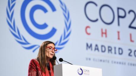 Carolina Schmidt aus Chile, Präsidentin des Klimagipfels, spricht vor dem Abschlussplenum der UN-Klimakonferenz (COP25).