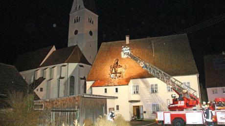 Die Feuerwehr wurde zu einem Dachstuhlbrand in Kirchhaslach gerufen.