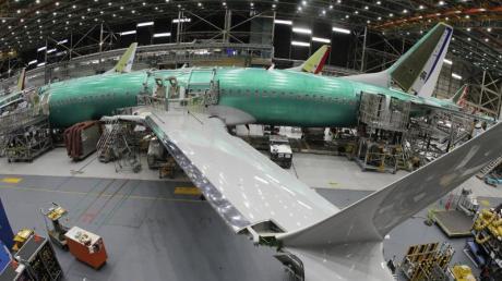 Eine Boeing 737 MAX 8 in einer Montagehalle in Renton (USA). Nun musste der US-Flugzeugbauer die Produktion des Krisenjets stoppen.