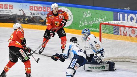In dieser Szene erzielt Kaufbeurens Max Lukes das 1:0 gegen die Dresdner Eislöwen.