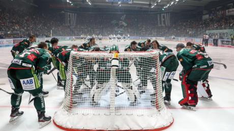 Direkt vor dem Eröffnungsbully versammeln sich die Eishockey-Profis um den Torwart, um sich auf die bevorstehende Aufgabe zu konzentrieren.