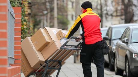 Die Deutsche Post DHL hat am deutschen Paketmarkt eine dominierende Rolle - ihr Umsatzanteil bei Paketen liegt bei 44 Prozent.