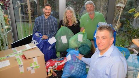 Sachspenden für Obdachlose in Augsburg sammelten von links Gabriel Georgs, Elke Luge, Fritz Metzger und Robert Pfister.