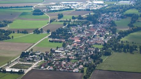 Mit Blick nach Süden auf Mittelstetten ist das neue Baugebiet unten links, die Staatsstraße 2035 linkes Bilddrittel und die in der Versammlung angesprochene Dorfstraße deutlich zu erkennen