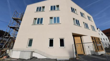 Der neue Anbau an das Rathaus von Jettingen-Scheppach ist fast fertig. Noch vor Weihnachten wird die EDV für die neuen Büros eingerichtet.