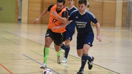Die FSG Mündling-Sulzdorf (mit Andreas Herre, vorne in Blau; hinten: Andreas Probst) unterlag im vergangenen Jahr im Halbfinale der Hallenmasters knapp (0:1) dem TSV Nördlingen II. In diesem Jahr ist die FSG wieder mit dabei.