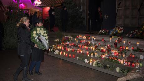 Angehörige der Opfer des Anschlags auf dem Breitscheidplatz legen Blumen an der Gedächtniskirche nieder.