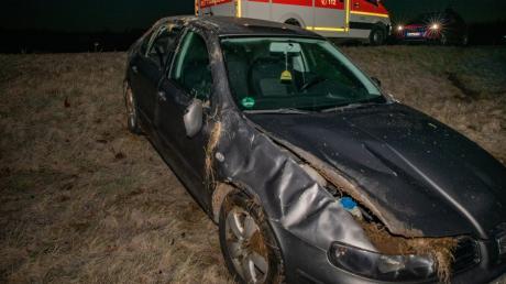 Ein Autofahrer ist zwischen Megesheim und Kronhof von der Fahrbahn abgekommen.
