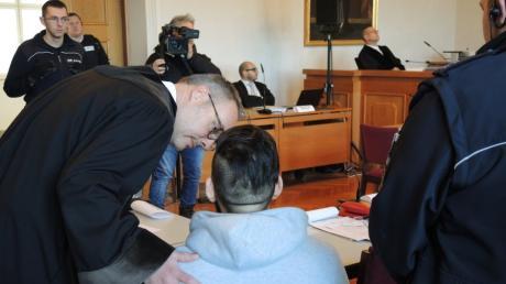 Im Mordprozess von Sontheim sind Urteile gefallen. Ein 31-jähriger Angeklagter, der seinem Vater und Bruder bei einem Mord geholfen haben soll, spricht mit seinem Rechtsanwalt Alexander Schneider (links).