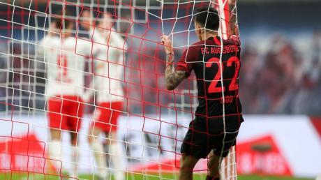Die Enttäuschung beim FC Augsburg und seinem Spieler Iago war groß. Nachdem dem FCA zunächst ein Tor gegen Leipzig gelungen war, mussten sich die Augsburger noch mit 1:3 geschlagen geben.