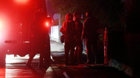 Zunächst hatte die Polizei in einem stillen Einsatz versucht, Kontakt zu dem 23-Jährigen aufzunehmen. Als dieser nicht antwortete, griff die Polizei schließlich zu, stürmte das Haus und befreite die Geiseln.