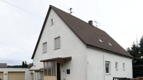In diesem Haus in Anhausen hat ein 23-Jähriger fünf Menschen festgehalten. Wie es dazu kommen konnte, das kann sich sein Chef kaum erklären.