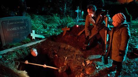 """Thiel (Axel Prahl) und Boerne (Jan Josef Liefers) hoffen auf dem Friedhof neue Erkenntnisse zu gewinnen. Szene aus dem Münster-Tatort """"Väterchen Frost"""", der heute im Ersten lief."""