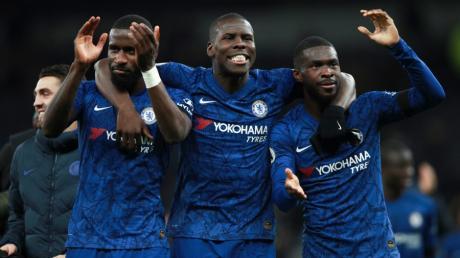 Antonio Rüdiger, links im Bild, feiert nach dem Sieg gegen Tottenham mit seinen Team-Kollegen Kurt Zouma (Mitte) und Fikayo Tomori (rechts). Zuvor war er rassistisch beleidigt worden.