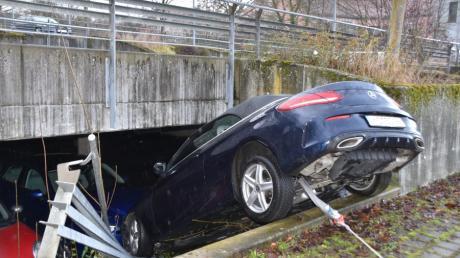 Ein Autofahrer hat am Neuburger Krankenhaus eine Absperrung durchbrochen und ist auf ein anderes Auto gestürzt.