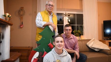 Drei Generationen auf einmal: Detlef Kupke (stehend), Andreas Löffler und Leon Löffler (Mitte) aus Medlingen unterhalten sich darüber, wie sich Weihnachten im Laufe der Jahrzehnte verändert hat. Einiges ist heutzutage grundlegend anders.