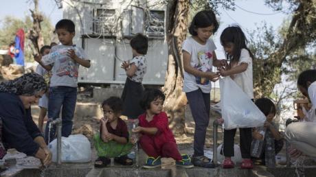 Die EU-Kommission fordert Deutschland und andere EU-Staaten auf, unbegleitete minderjährige Migranten aus den überfüllten griechischen Lagern aufzunehmen - auch wenn die allermeisten von ihnen keine Kinder, sondern Jugendliche sind.