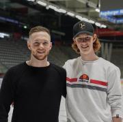 Tim Sezemsky sind mit Eishockey groß geworden. Mittlerweile spielen beide in Augsburg, der Ältere in der DEL bei den Panthern, der andere noch in der Nachwuchsliga.