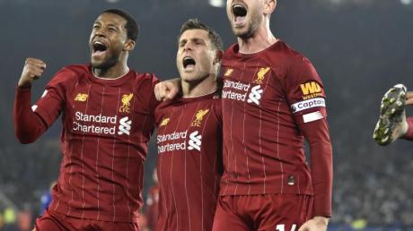 Souveräner Auswärtssieg: Liverpools Profis feiern den Sieg in Leicester.