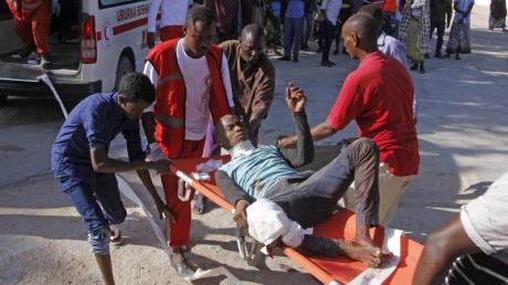 Ein Verletzter wird vom Ort des Anschlags gebracht.