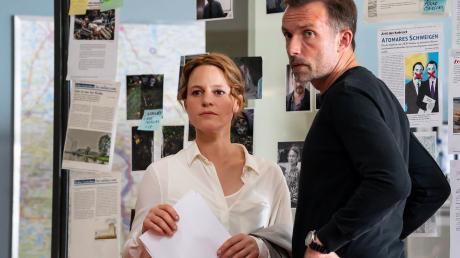 """Kriminalhauptkommissarin Olga Lenski (Maria Simon) und Kriminalhauptkommissar Adam Raczek (Lucas Gregorowicz) besprechen das weitere Vorgehen. Szene aus dem neuen """"Polizeiruf 110""""."""