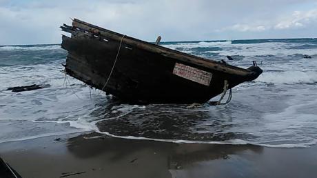 Dieses Foto, das von der Sado Coast Guard Station zur Verfügung gestellt wurde, zeigt einen Teil eines Holzbootes an der Küste der Insel Sado, Präfektur Niigata, Nordjapan.