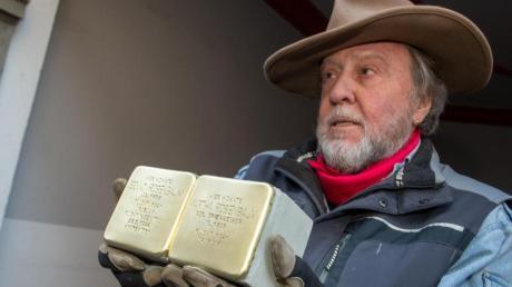 Künstler Gunter Demnig verlegt seit 23 Jahren Stolpersteine. 75.000 sind es bereits.