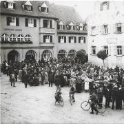 Als sogenannte Anlass- oder Ereigniskarte gab es auch eine Ansicht vom ersten Meringer Wochenmarkt vom 2. Juli 1927.