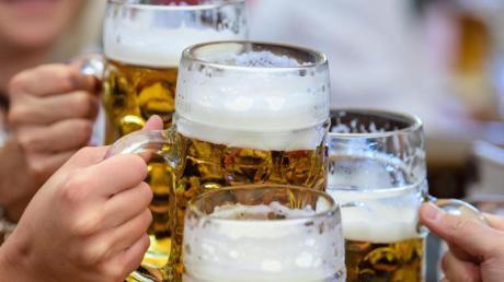 Ein vertrautes Bild auf der Wiesn: Besucherinnen prosten sich im Festzelt mit einer Maß Bier zu. Doch wegen der Corona-Pandemie muss das Oktoberfest in diesem Jahr ausfallen.