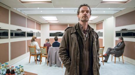 """Kommissar Peter Faber (Jörg Hartmann) weiß nicht, was ihn hier erwartet. Sieben Ermittler treffen sich, um einen Serienmörder zu stoppen. Szene as dem Tatort """"Das Team""""."""