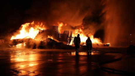 Auf dem Gelände der Firma Zill in Lauingen ist in der Nacht auf Neujahr eine Lagerhalle abgebrannt.