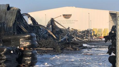 Eine Halle der Firma Zill ist in der Silvesternacht in Lauingen abgebrannt. 260 Einsatzkräfte sorgten dafür, dass die beiden Hallen nebenan von der Feuersbrunst verschont blieben.
