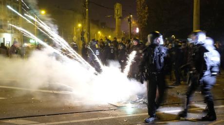 Polizisten im Leipziger Stadtteil Connewitz. In der Neujahrsnacht ist es dort zu Zusammenstößen zwischen Linksautonomen und der Polizei gekommen.
