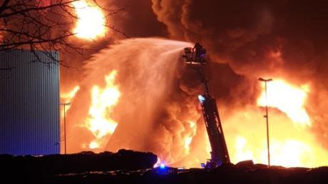 Eine Lagerhalle der Firma Zill in Lauingen ist in der Silvesternacht abgebrannt.