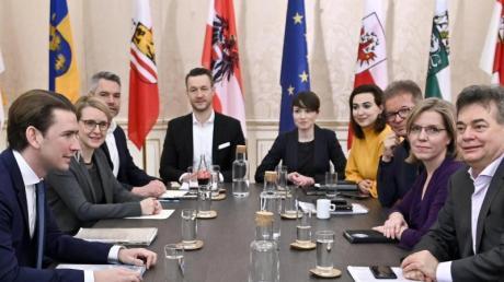 ÖVP-Chef Sebastian Kurz (l) und Grünen-Chef Werner Kogler (r)  bei der Fortsetzung der Koalitionsgespräche am Tisch. Nun steht die Koalition.