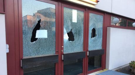 An der Eingangstür der Turnhalle der Kühbacher Schule wurden Scheiben eingeschlagen.
