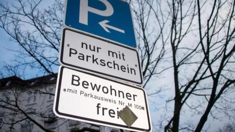 Parkzone für Anwohner:Besserverdienende sollen nach Ansicht des Autoverbandes VDAkünftig mehr für Bewohnerparkausweise zahlen.